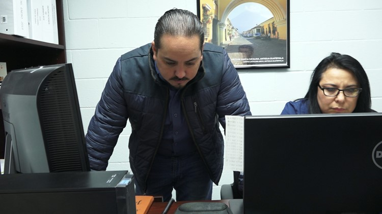 Consul General of Guatemala in Del Rio listens to case of soon-to-be-deported Guatemalan